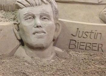 Песочному Джастину Биберу сломали лицо