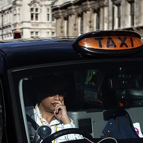 Обнаженная грабительница напала на таксиста