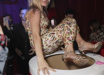 Кейт Мосс выпрыгнула из торта на дне рождения Мерта Аласа