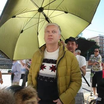 Светлаков и Ургант прошлись по Москве в зимней одежде